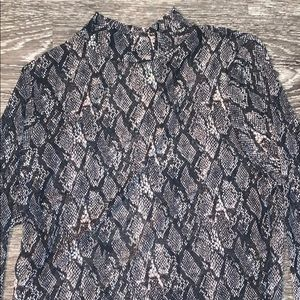 WILD FABLE M SEE THROUGH SNAKESKIN MOCK NECK TOP
